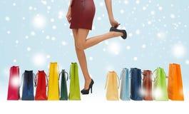 Gambe lunghe con i sacchetti della spesa immagine stock