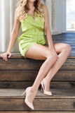 Gambe lunghe di un modello attraente immagine stock