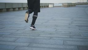 Gambe muscolari del pareggiatore maschio sull'argine video d archivio