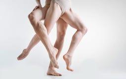 Gambe muscolari delle ginnaste che dimostrano eleganza nello studio Fotografie Stock