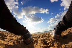 Gambe nelle risatine sulla spiaggia immagini stock libere da diritti