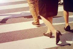 Gambe non identificate della gente che attraversano via Fotografie Stock Libere da Diritti