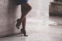 Gambe nude della donna con i talloni e l'ombrello Fotografia Stock
