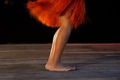 Gambe polinesiane del ballerino della donna di Islander del cuoco che ballano nella p culturale fotografie stock libere da diritti