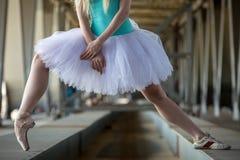 Gambe potate dell'immagine della ballerina graziosa dentro Immagini Stock