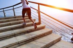 Gambe sane della donna di stile di vita che corrono sulle scale di pietra Fotografia Stock Libera da Diritti