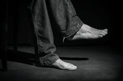 Gambe scalze del ` s dell'uomo in vecchi pantaloni Fotografia Stock