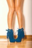 Gambe in scarpe del tacco alto fotografia stock
