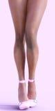 Gambe sexy del mulatto in scarpe rosa Immagini Stock Libere da Diritti