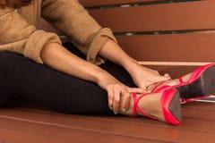 Gambe stanche di riposo su un banco Fotografia Stock
