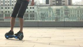 Gambe sul hoverboard video d archivio