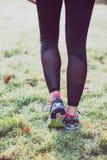 Gambe sulla pista di inverno, stile di vita sano della donna del corridore Immagini Stock