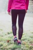 Gambe sulla pista di inverno, stile di vita sano della donna del corridore Immagine Stock Libera da Diritti