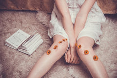 Gambe timide e armi del ` s della ragazza Fotografia Stock Libera da Diritti