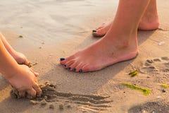 Gambe umane sulla spiaggia Immagine Stock Libera da Diritti