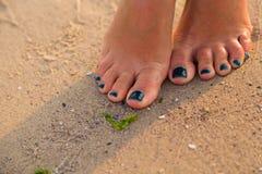Gambe umane sulla spiaggia Fotografie Stock Libere da Diritti