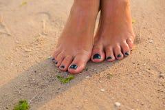 Gambe umane sulla spiaggia Fotografia Stock