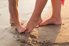 Gambe umane sulla spiaggia Immagini Stock