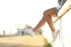 Gambe urbane dell'adolescente che indossano le scarpe da tennis Immagini Stock Libere da Diritti