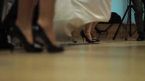 Gambe variopinte del ballerino maschio e femminile stock footage