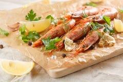 Gamberetti arrostiti con la spezia, l'aglio ed il limone Frutti di mare arrostiti immagini stock