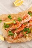 Gamberetti arrostiti con la spezia, l'aglio ed il limone Frutti di mare arrostiti Vista superiore fotografie stock