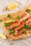 Gamberetti arrostiti con la spezia, l'aglio ed il limone Frutti di mare arrostiti Vista superiore immagini stock libere da diritti