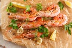 Gamberetti arrostiti con la spezia, l'aglio ed il limone Frutti di mare arrostiti Vista superiore immagine stock libera da diritti