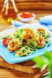Gamberetti arrostiti in un'insalata della verdura fresca fotografia stock libera da diritti