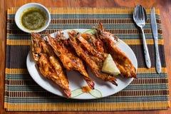 Gamberetti arrostiti in un piatto, fine della tigre su Fotografie Stock