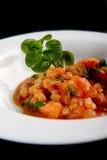 Gamberetti con il pomodoro ed il basilico sul piatto bianco Fotografia Stock Libera da Diritti