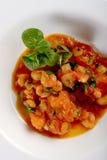 Gamberetti con il pomodoro ed il basilico sul piatto bianco Immagine Stock