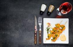 Gamberetti cucinati con Rose Wine sullo spazio della copia Fotografie Stock