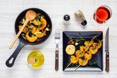 Gamberetti cucinati serviti con Rose Wine Fotografie Stock