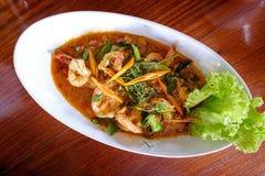 gamberetti Curry-fritti in latte di cocco e peperoncini rossi da stile tailandese Fotografia Stock