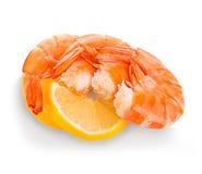 Gamberetti della tigre con la fetta del limone I gamberetti con il limone affettano isolato su un fondo bianco Fotografia Stock Libera da Diritti