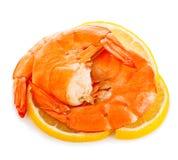 Gamberetti della tigre con la fetta del limone I gamberetti con il limone affettano isolato su un fondo bianco Frutti di mare Immagine Stock Libera da Diritti