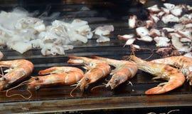 Gamberetti della tigre e frutti di mare dei calamari sulla griglia Immagine Stock