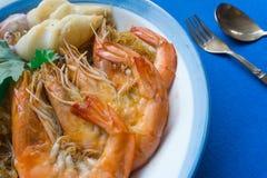 Gamberetti e calamaro di Casseroled con le tagliatelle di vetro fotografie stock
