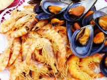 Gamberetti e cozze cucinati Fotografie Stock Libere da Diritti