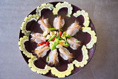 Gamberetti freschi piccanti sul piatto fotografia stock
