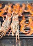 Gamberetti freschi sul barbecue all'aperto Fotografia Stock