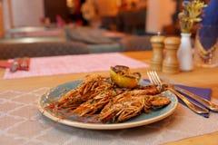 Gamberetti fritti con il limone arrostito sulla tavola del ristorante immagine stock libera da diritti