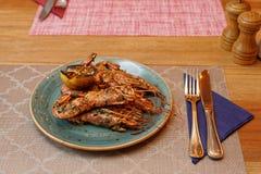 Gamberetti fritti con le erbe e l'aglio fotografia stock libera da diritti