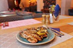 Gamberetti fritti con le erbe e l'aglio sul piatto fotografia stock libera da diritti