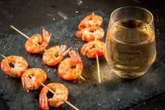 Gamberetti fritti del gamberetto arrostito con vino bianco fotografia stock libera da diritti