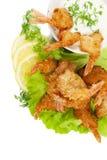 Gamberetti fritti in noce di cocco che impanano con la salsa di immersione sull'iso bianco Immagini Stock Libere da Diritti