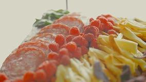 Gamberetti serviti sulla tavola svedese al ristorante stock footage