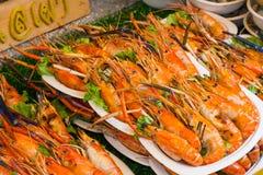 Gamberetto arrostito ed ustione con le salse di frutti di mare, immagine stock