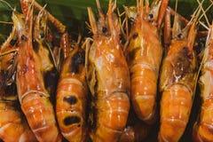 Gamberetto arrostito ed ustione con le salse di frutti di mare, gamberetti arrostiti sulla griglia fotografia stock